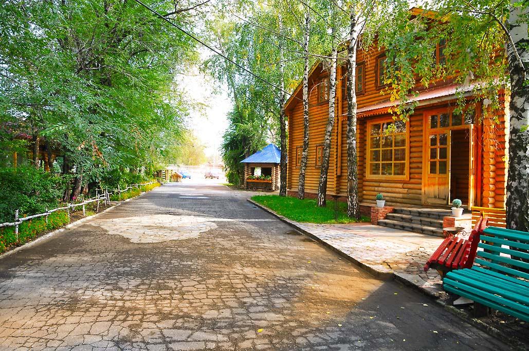 """Вид фасада кафе """"Усадьба"""" со двора"""