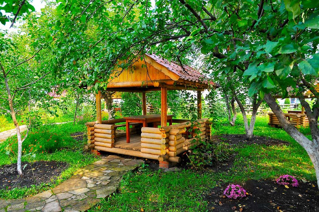 Сад с крытыми беседками на территории