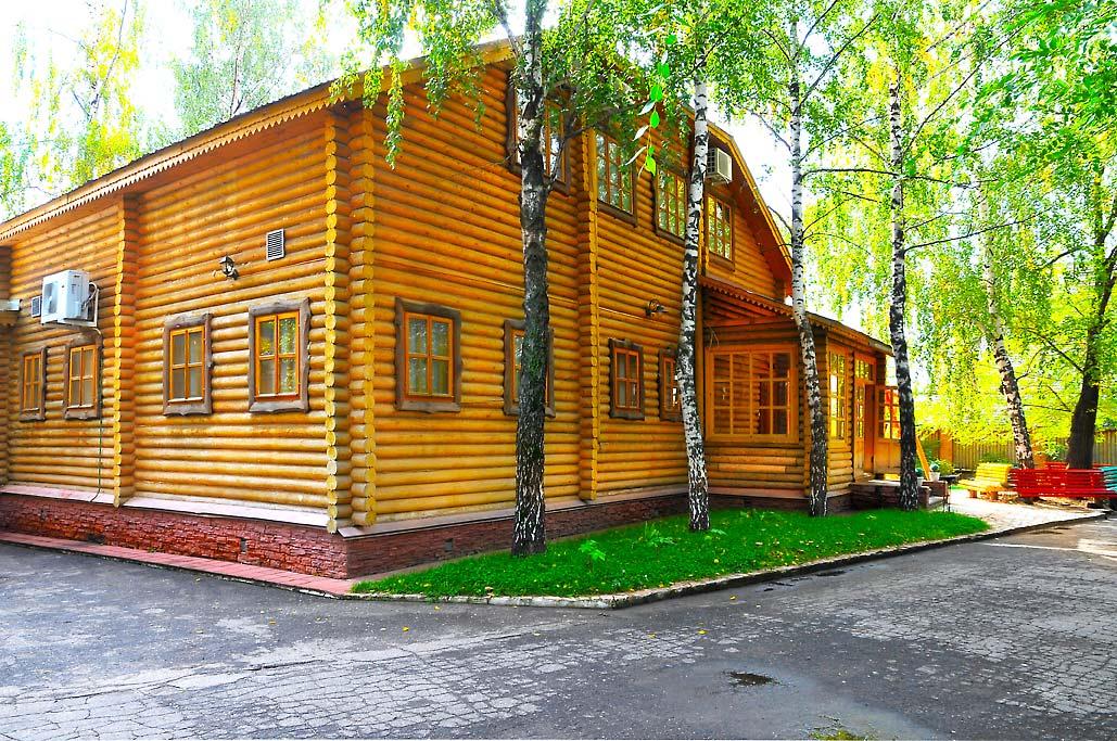 """Вид фасада """"Усадьбы"""" со двора"""